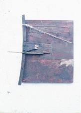 Castiglia, Ricardo; La Silla-Mensaje, Pintura-construcción, Serie 1981- 1982, pinturas sintéticas, arena, maderas, tiras de cuero sobre fondboard (Foto digital, Archivo del artista)